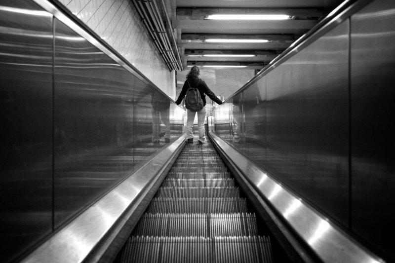 Почему поручень эскалатора в метро движется быстрее ступенек